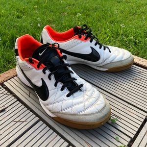 SIZE 8 NIKE TIEMPO MYSTIC IV INDOOR SOCCER SHOES